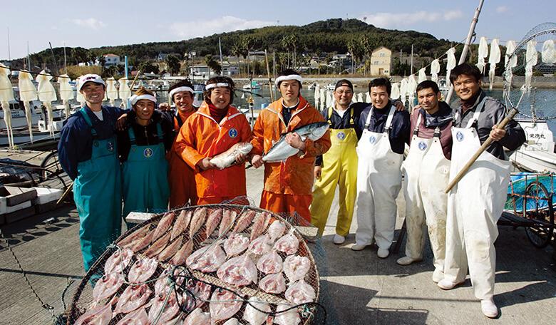漁港で漁師さん揃って撮影画像